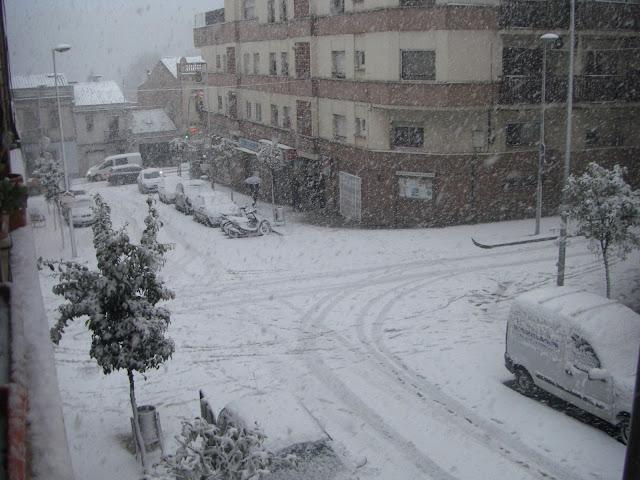 Creuament dels carrers Cad&iacute; i Montseny el 8 de mar&ccedil; de 2010. <b>Autor: Llu&iacute;s F.</b>