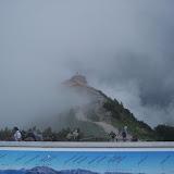 Kehlsteinhaus insvept i dimma, panorama-skylt i förgrunden