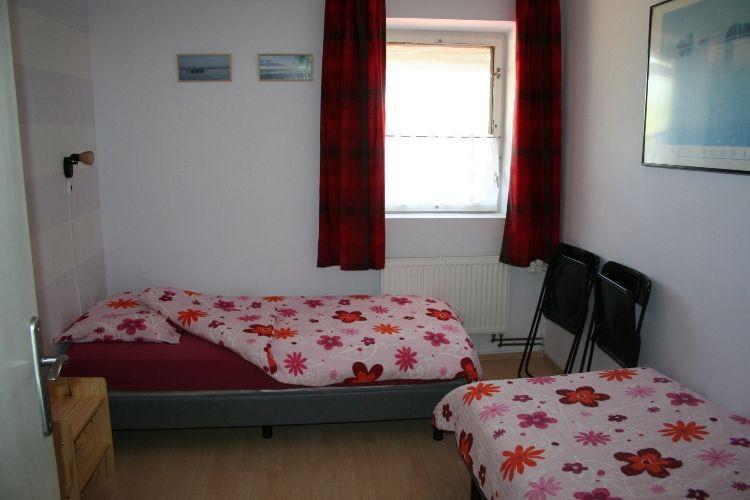 Slaapkamer Eenpersoons : Er is een slaapkamer met twee eenpersoons ...