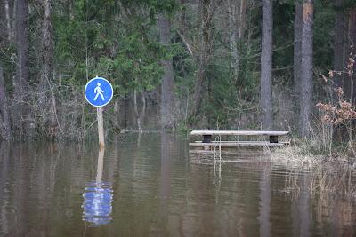 Zīme, kas gājējus aicina iet pa ūdeni
