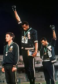 No kreisās: Pīters Normans, Tomijs Smits un Džons Karloss