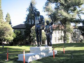 Smitam un Karlosam veltītā 2005. gadā atklātā statuja