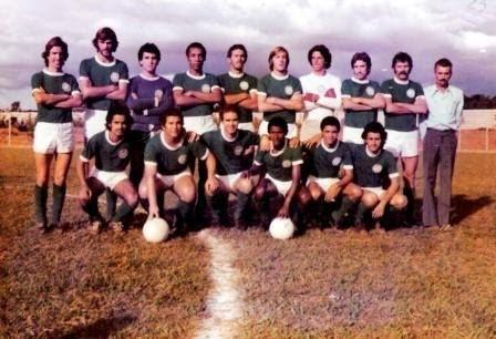 Homens reunidos para jogar futebol