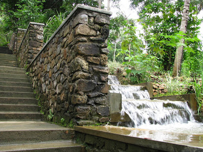 Landa House hotel Belihuloya Balangoda Sri Lanka waterfall by black rock wall