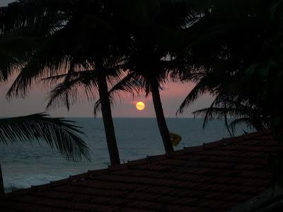 drifters hotel narigama hikkaduwa sri lanka sunset sun setting over roof through coconut palm trees