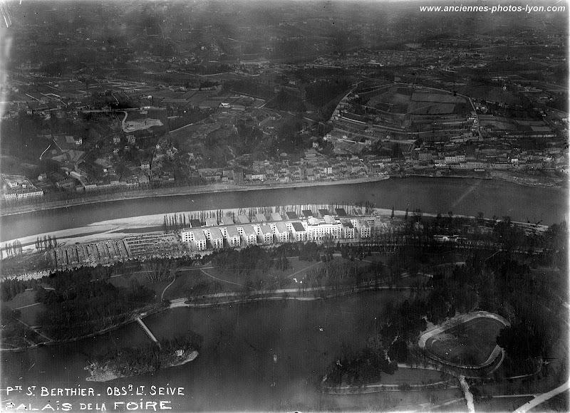 Vue aérienne du Parc de la Tête d'Or et du Palais de la Foire de Lyon dans les années 1930