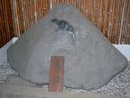 磐井神社に現存する烏石(鷹石)