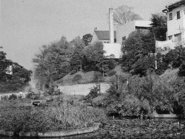 がま池から見た麻布白亜館。右手、煙突の建物−1964(昭和39)年