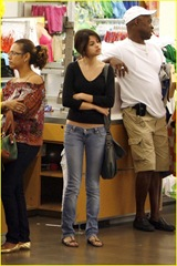 selena-gomez-old-navy-02