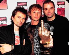 Muse com o prêmio de 'Melhor Banda Britânica' ganho no NME Awards