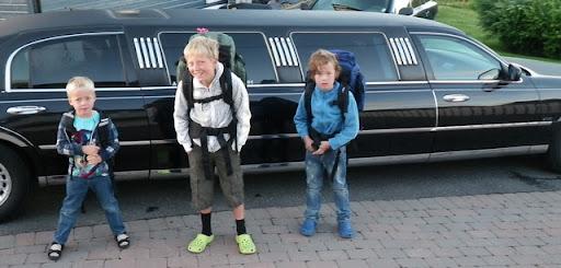 Gutta foran limousinen
