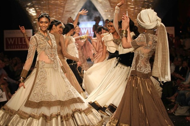 [WIFW SS 2011collection by Tarun Tahiliani   (15)[6].jpg]