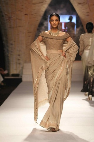 [WIFW SS 2011collection by Tarun Tahiliani   (19)[5].jpg]