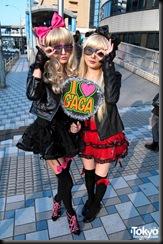Lady-Gaga-Japanese-Fans-2010-04-17-055-P7233-600x903