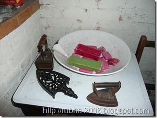 Мыло и набор утюгов в прачечной