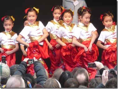 Девочки из китайской танцевальной школы