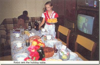 Катя помогает накрывать на стол