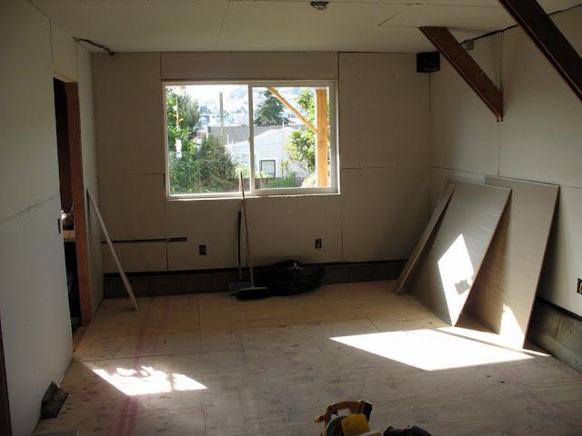 装修进行时-第一周周四时新书房进展:地板的木头隔层做好了,墙皮几乎都贴好了,接下来就是铺地板,给墙壁封口打的为油漆做准备.