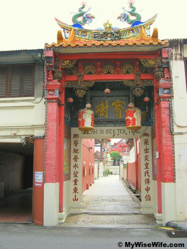 A tiny entrance leading into Cheah Kongsi vicinity
