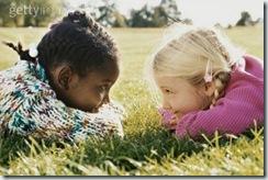 Amizade (menina negra com menina loura)LINDAS!