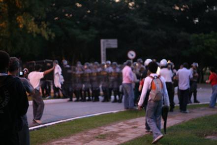 Truculência da PM contra estudantes da USP. Clique para ampliar