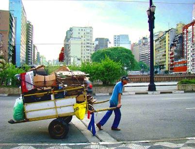 Catador sobre o Viaduto 9 de Julho. Foto: Gladstone Barreto. Clique para ampliar