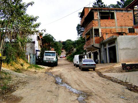 Ruas sem asfalto e com esgoto a céu aberto. Foto: Flaviana Serafim.