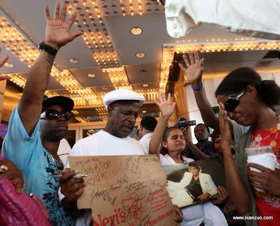 关于杰克逊 NEW YORK - JUNE 26:People gather to remember Michael Jackson at the Apollo Theater on June 26, 2009 in New York City.(Photo by Bryan Bedder/ Getty Images),Human Interest,Music,SacGettyPhoto