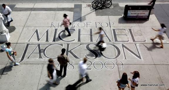关于杰克逊 Pedestrians walk past a tribute written on the sidewalk honoring the late Michael Jackson on Dundas Square in Toronto on Friday, June 26, 2009. Jackson, 50, died Thursday in Los Angeles. (AP Photo/ The Canadian Press, Darren Calabrese)