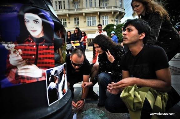 关于杰克逊 Bulgarian fans light candles and mourn the death of Michael Jackson in downtown Sofia on June 26, 2009. Jackson died after suffering a cardiac arrest, sending shockwaves sweeping across the world and tributes pouring in for the tortured music icon revered as the