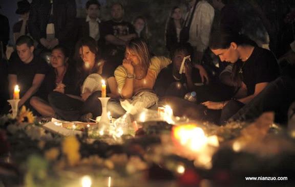 关于杰克逊 US singer Michael Jackson's fans gather to honor his death, in Paris, Friday June 26, 2009. (AP Photo/ Thibault Camus)
