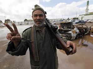 105765_warga-libya-memegang-senjata-