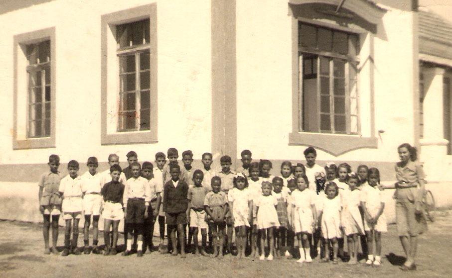 [Alunos Escola Paiva Couceiro Professora Maximina 1945[16].jpg]