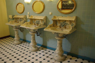 Public Bathroom, Hotel du Forum
