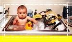 เด็กนั่งในอ่างล้างจาน