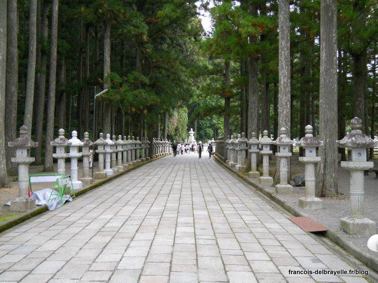 Allée d'entrée du cimetière Oku-no-in