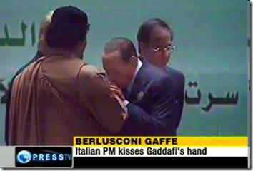Berlusconi bacia la mano a Gheddafi