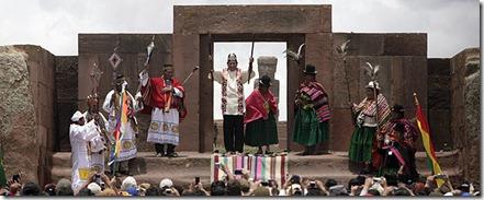 El presidente boliviano, Evo Morales, al momento de recibir la bendición de los sacerdotes aymaras en las ruinas de Tiahuanaco- REUTERS