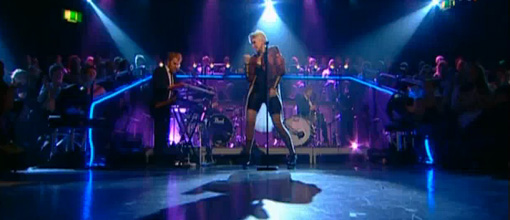 Robyn performs 'Fembot' live