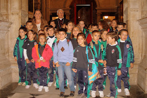 Sr. Obispo acogiendo escolares