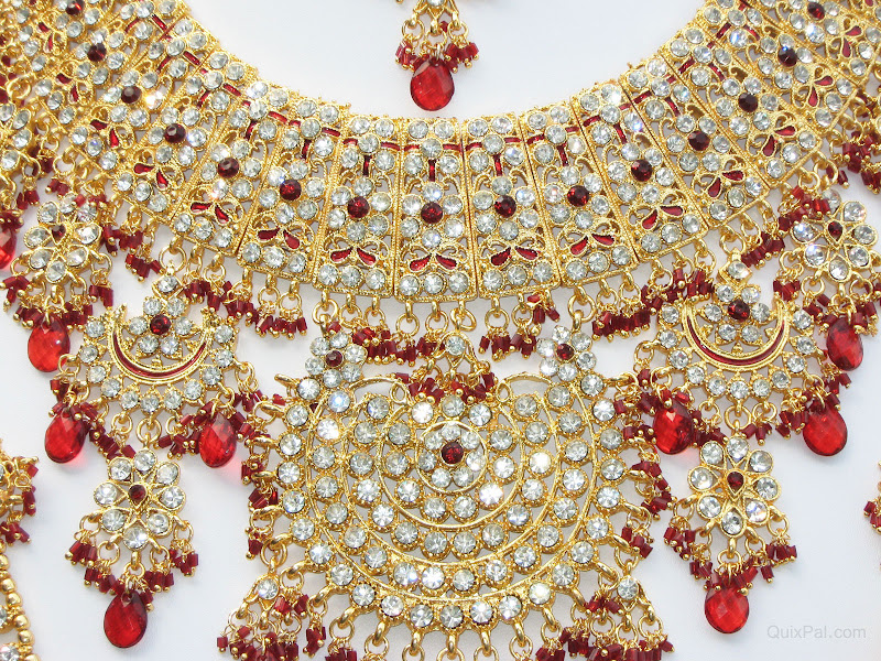 the magnificent necklace closeup view