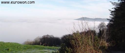 Lough Derg cubierto por la niebla