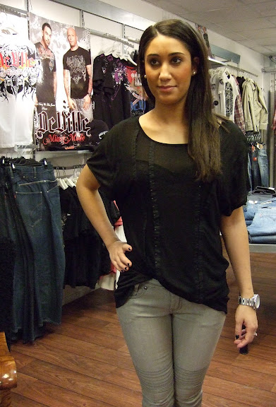 Gestuz top 499 kr och Sisters Point ljusgrå jeans 599 kr