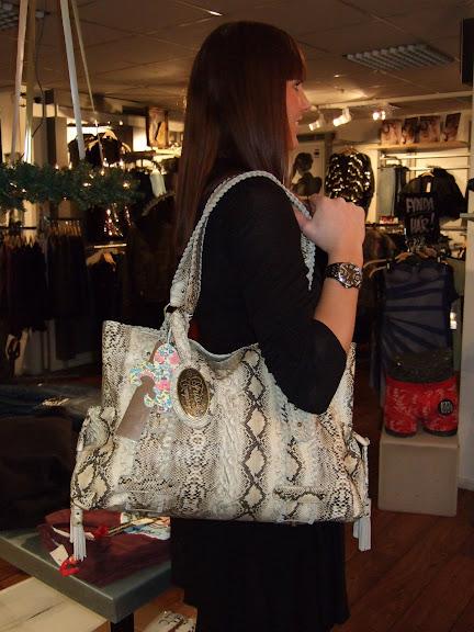 Ormmönstrad väska från Friis&Co 749 kr