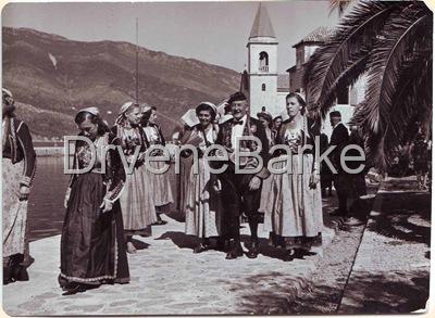 Miroslava Perusina (1926.-2009.)cerka Marije i Frana-iza muske figure u prvom planu