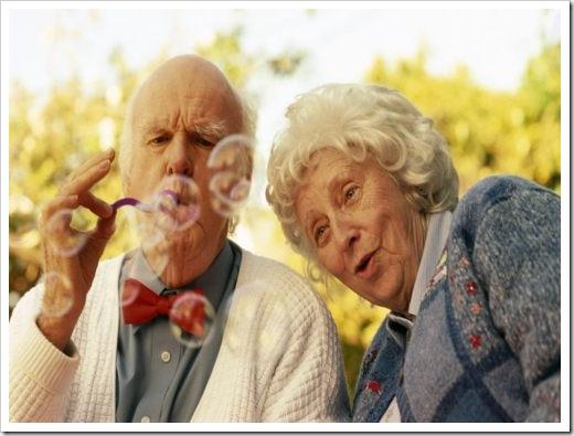 casal-de-idosos-brincando-