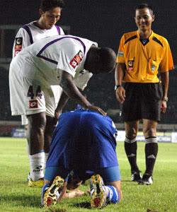 wasit setiono pada saat memimpin pertandingan Persib vs Persitara musim lalu di Jalak Harupat