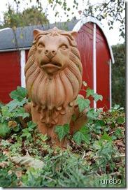 Löwe vor Gartenhaus neu