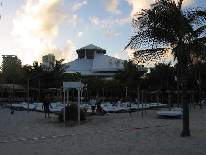 Le Nikki Beach, club au bord de la plage