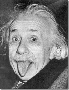 Uma das imagens mais conhecidas do mundo: Albert Einstein mostrando a lingua para os repórteres (como brincadeira, obviamente).